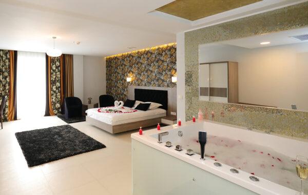 Cameră dublă delux cu jacuzzi, balcon şi vedere la piscină (cam. 107 vip)